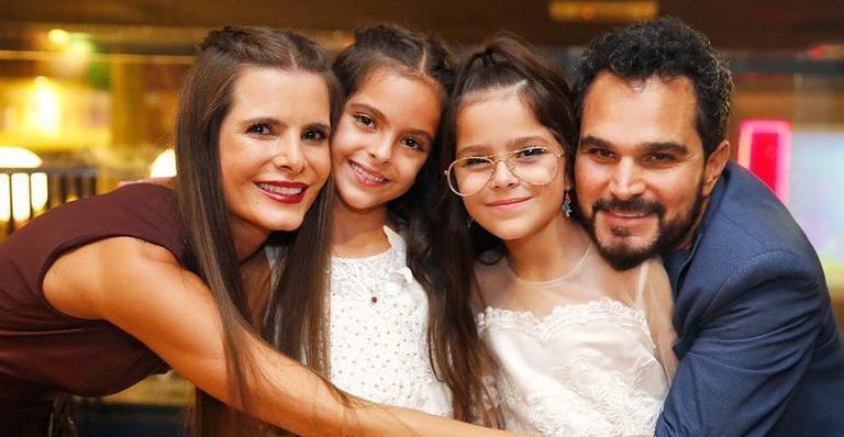 Luciano Camargo, Flávia e as gêmeas (Foto: Reprodução)