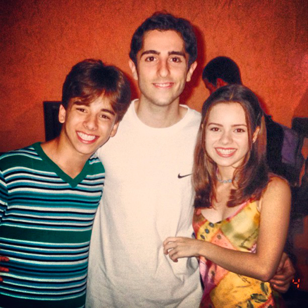 O ator ao lado de Sandy e Júnior, no início da carreira (Foto: reprodução)