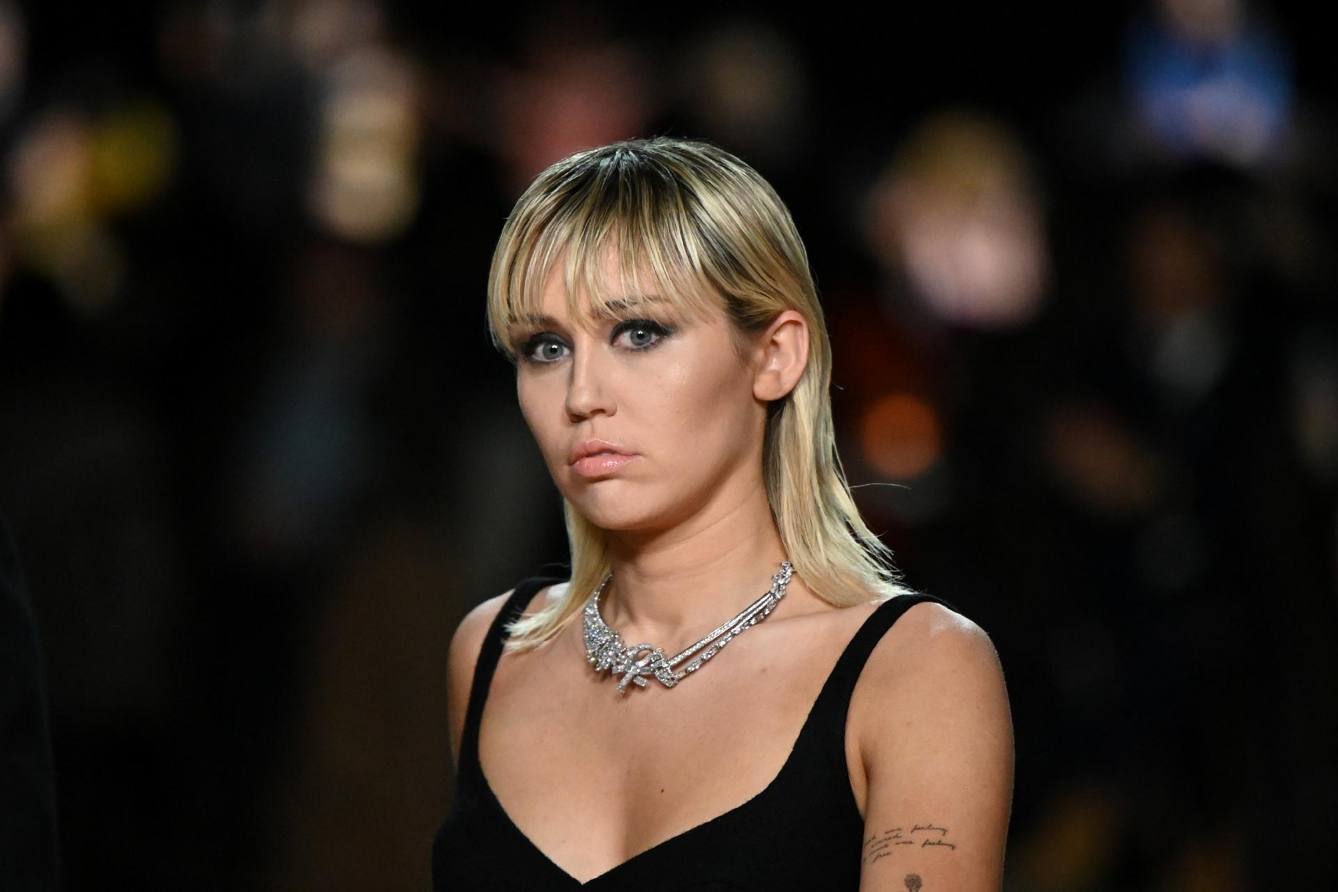 Miley Cyrus fala sobre seu afastamento da igreja e externa motivo (Foto: Reprodução)