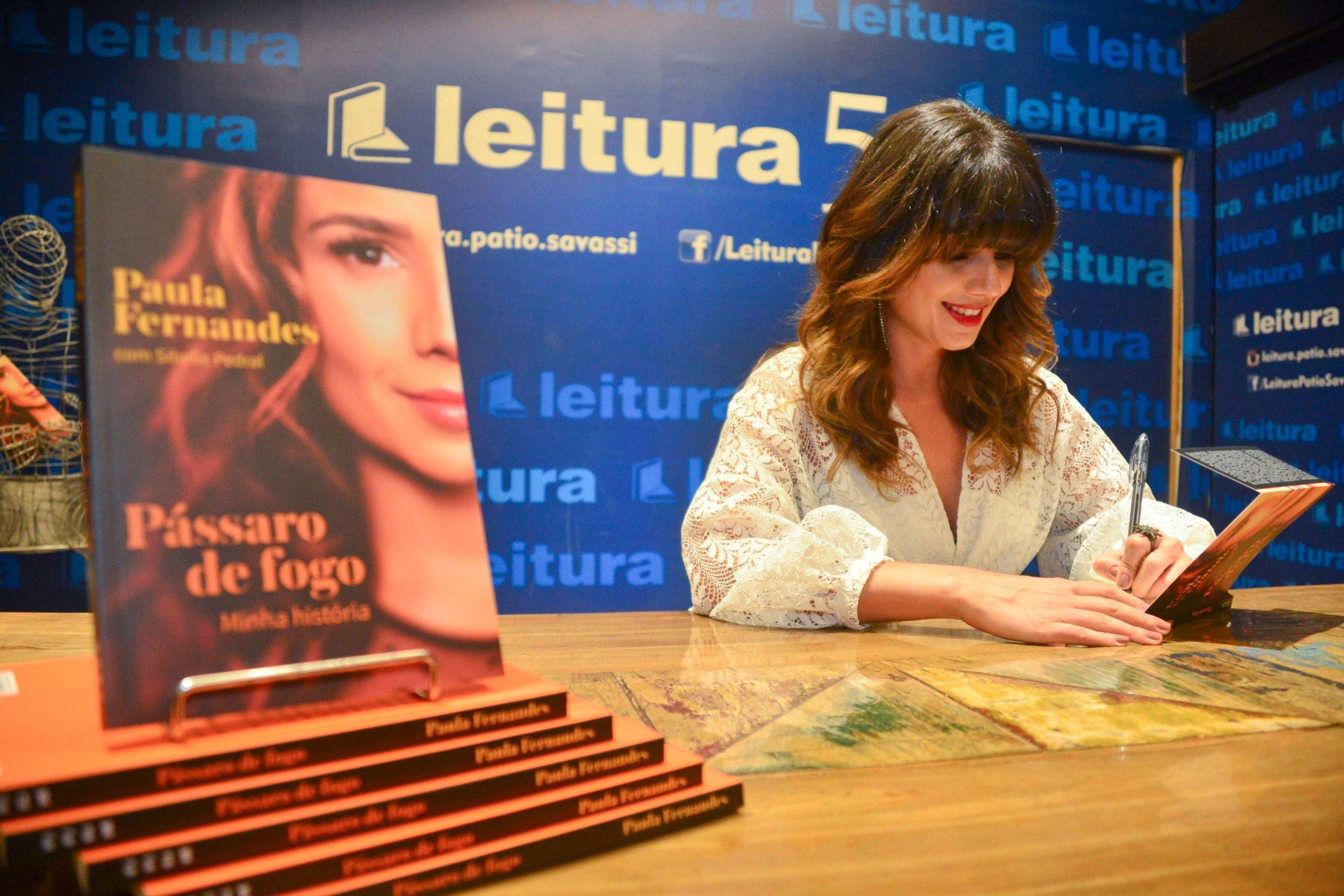 Paula Fernandes no lançamento de seu primeiro livro (Foto: reprodução)