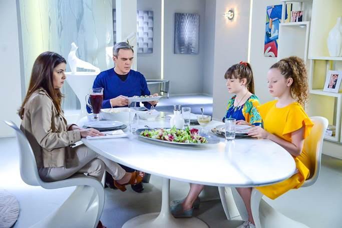 Pendleton, Luisa, Ester e Poliana comem juntos a mesa em cena de As Aventuras de Poliana
