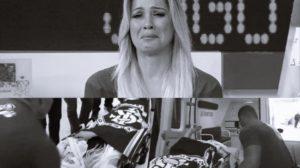Renata Fan deixa Jogo Aberto de maca (Foto: Reprodução)