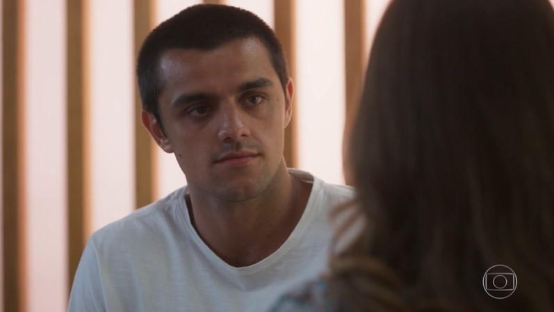 Téo (Felipe Simas) será dispensado por Luna (Juliana Paiva) em Salve-se Quem Puder (Foto: Reprodução/Globo)