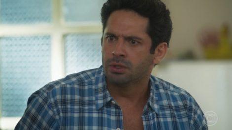 Zezinho (João Baldasserini) vai desmascarar Alexia (Deborah Secco) em Salve-se Quem Puder (Foto: Reprodução/Globo)