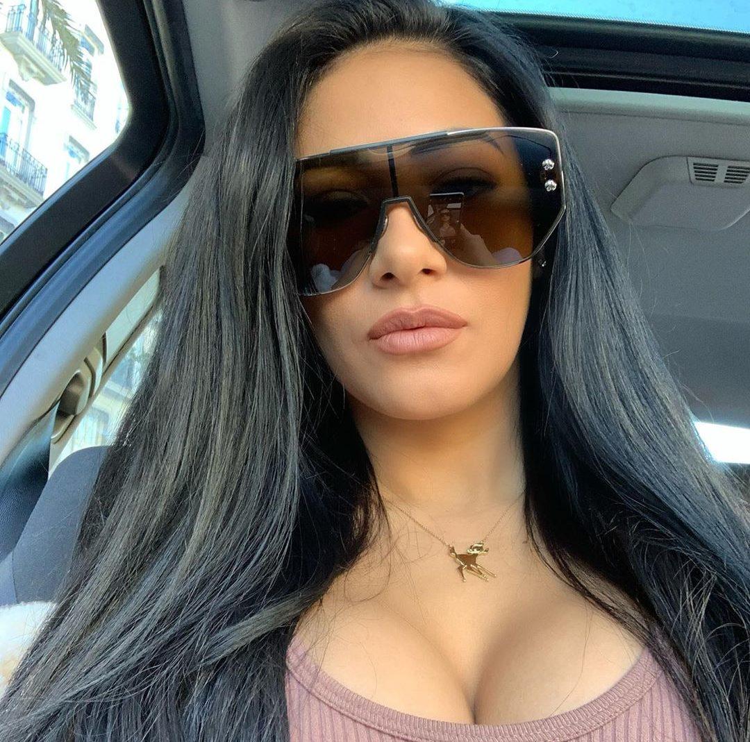 A famosa cantora sertaneja que faz dupla com Simone, Simaria que também é jurada do The Voice Kids, da Globo, voltou a agitar a internet ao aparecer só de lingerie em seu quarto na frente do espelho (Foto: Reprodução/Instagram)
