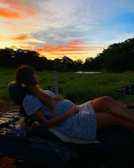 Esposa de Sorocaba se isola na fazenda do sertanejo e posa exibindo o barrigão - Reprodução