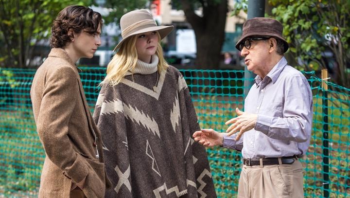 Woody Allen e Timothée Chalamet nos bastidores de Um Dia de Chuva em Nova York. (Foto: Divulgação)