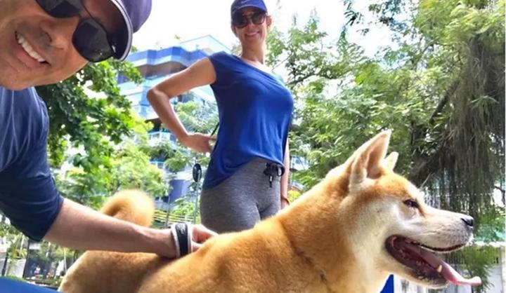 Bonner e Natasha junto com a cachorra Soso. (Foto: Reprodução/Instagram)