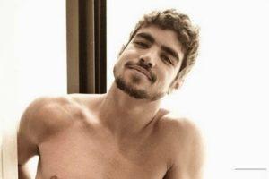Caio Castro não gostou nada de ver sua foto íntima sendo divulgada em perfis no Instagram (Foto: Reprodução)