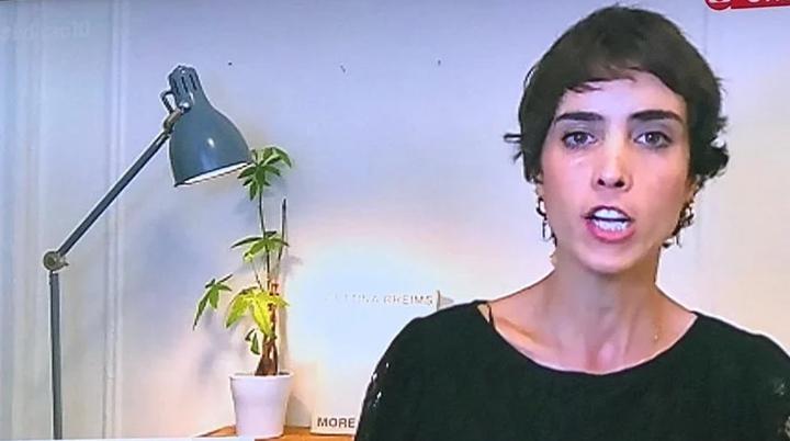 A jornalista Candice Carvalho apareceu com planta suspeita na GloboNews. (Foto: Reprodução)