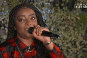 A cantora Ludmilla caiu durante live no Youtube (Foto: Divulgação)