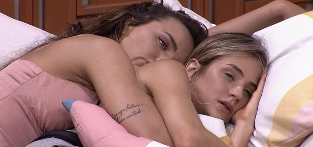 Rafa Kalimann e Gabi Martins deitadas agarradinhas na cama (Foto: Reprodução)