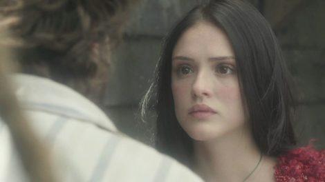 Anna na novela Novo Mundo encara Joaquim de costas