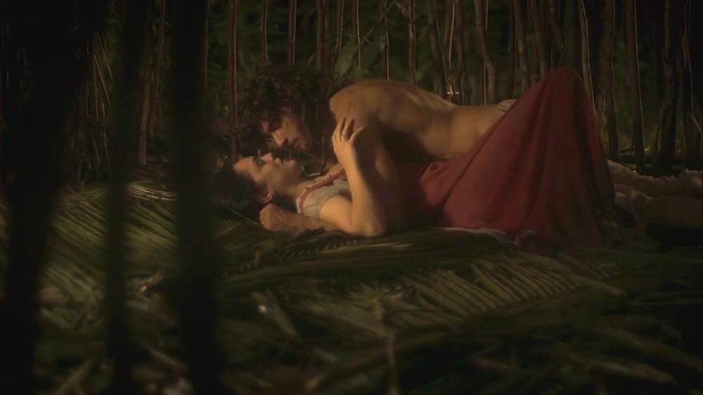 Anna e Joaquim deitados em cena de Novo Mundo