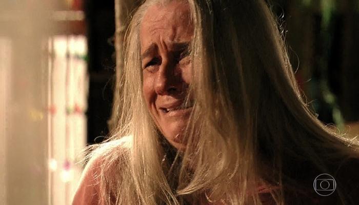 Lucinda (Vera Holtz) acredita que matou a mãe de Carminha (Adriana Esteves) em Avenida Brasil (Foto: Reprodução/Globo)