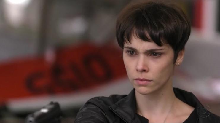 Nina (Débora Falabella) fica com rival na mira de arma em Avenida Brasil (Foto: Reprodução/Globo)