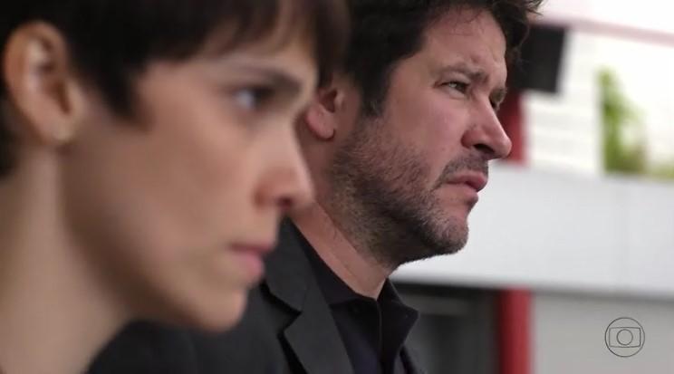 Nina (Débora Falabella) e Tufão (Murilo Benício) na mira da morte no final da novela (Foto: Reprodução/Globo)