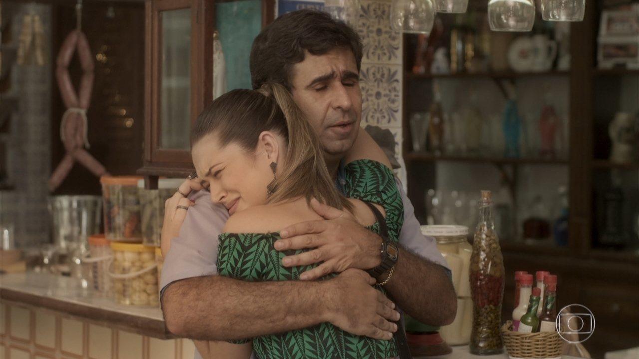 Cassandra chora no colo do pai em cena de Totalmente Demais