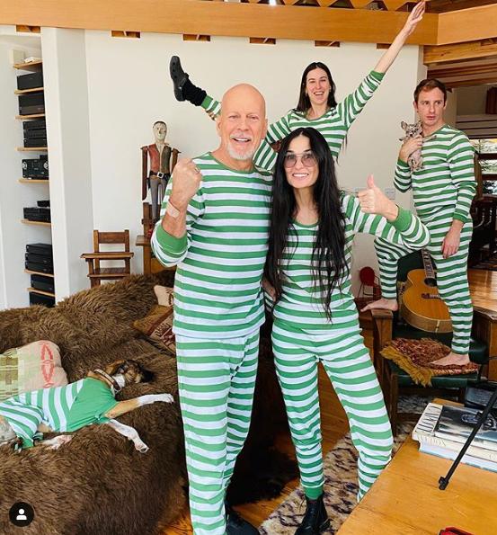 O ex-casal Bruce Willis e Demi Moore posam de pijama durante quarentena (Foto: Reprodução)