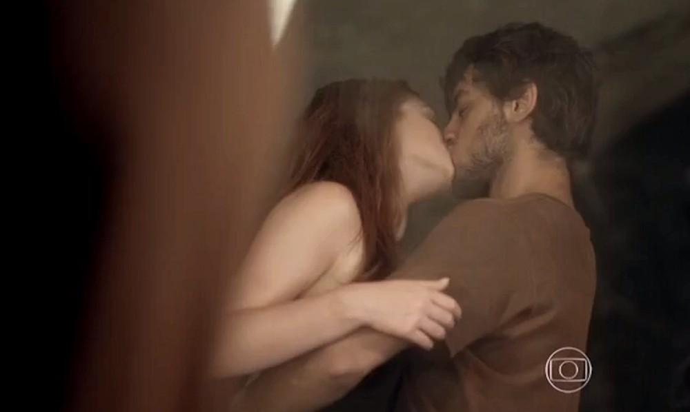Eliza e Jonatas estão apaixonados em Totalmente Demais, não tem jeito