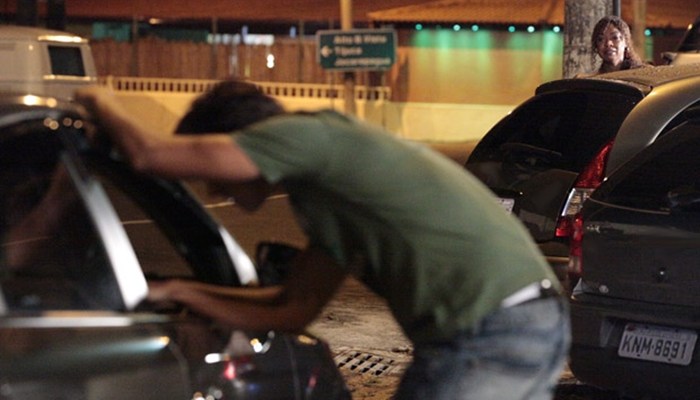 Dagmar (Cris Vianna) flagra Leandro (Rodrigo Simas) após sexo com homem em Fina Estampa (Foto: Divulgação/Globo)