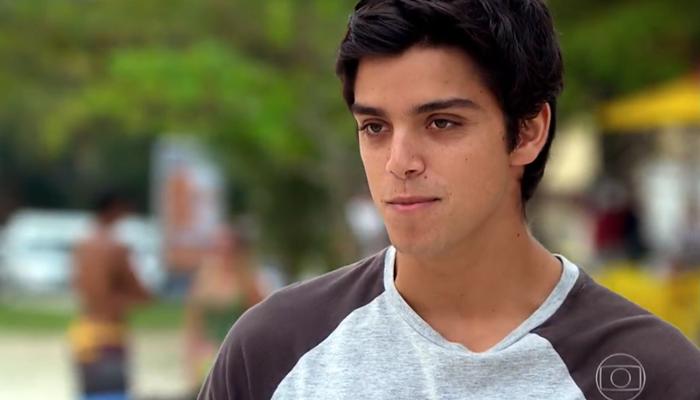 Leandro (Rodrigo Simas) em cena de Fina Estampa; rapaz se prostitui como garoto de programa (Foto: Reprodução/Globo)