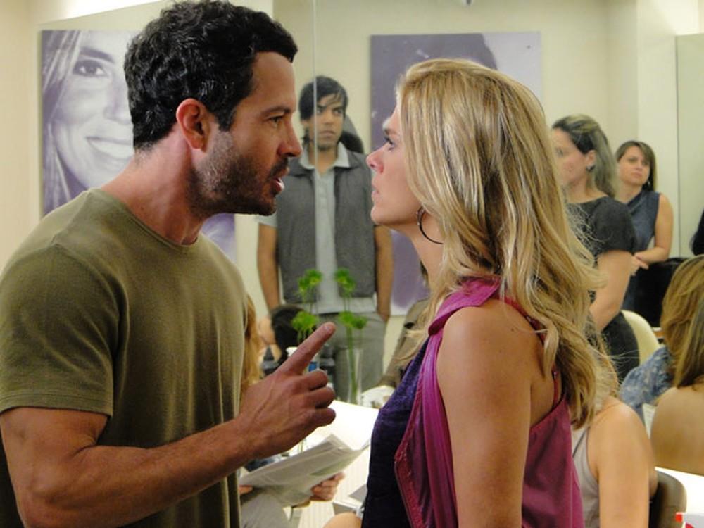 Quinzé coloca Teodora em seu lugar após dizer poucas e boas para a ex-mulher em Fina Estampa (Imagem: Globo)
