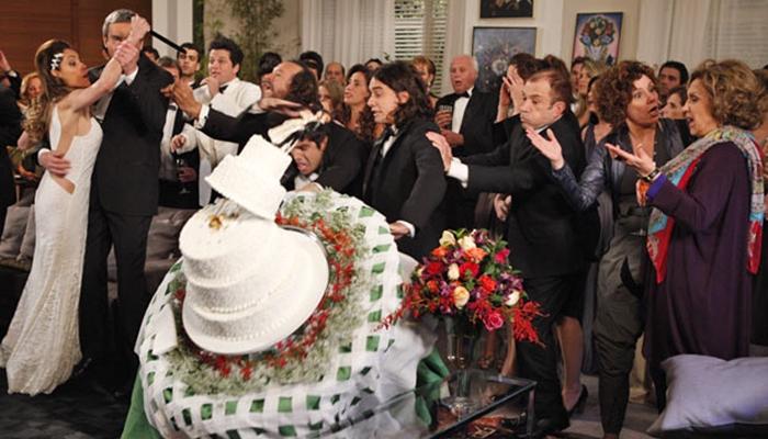 Antenor (Caio Castro) derruba o bolo de Tereza Cristina (Christiane Torloni) e é ameaçado com faca em Fina Estampa (Foto: Reprodução/Globo)