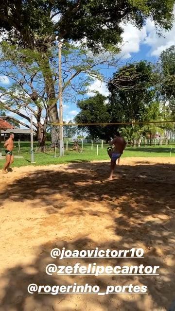 Zé Felipe praticando futevôlei com Gusttavo Lima e os amigos (Reprodução)