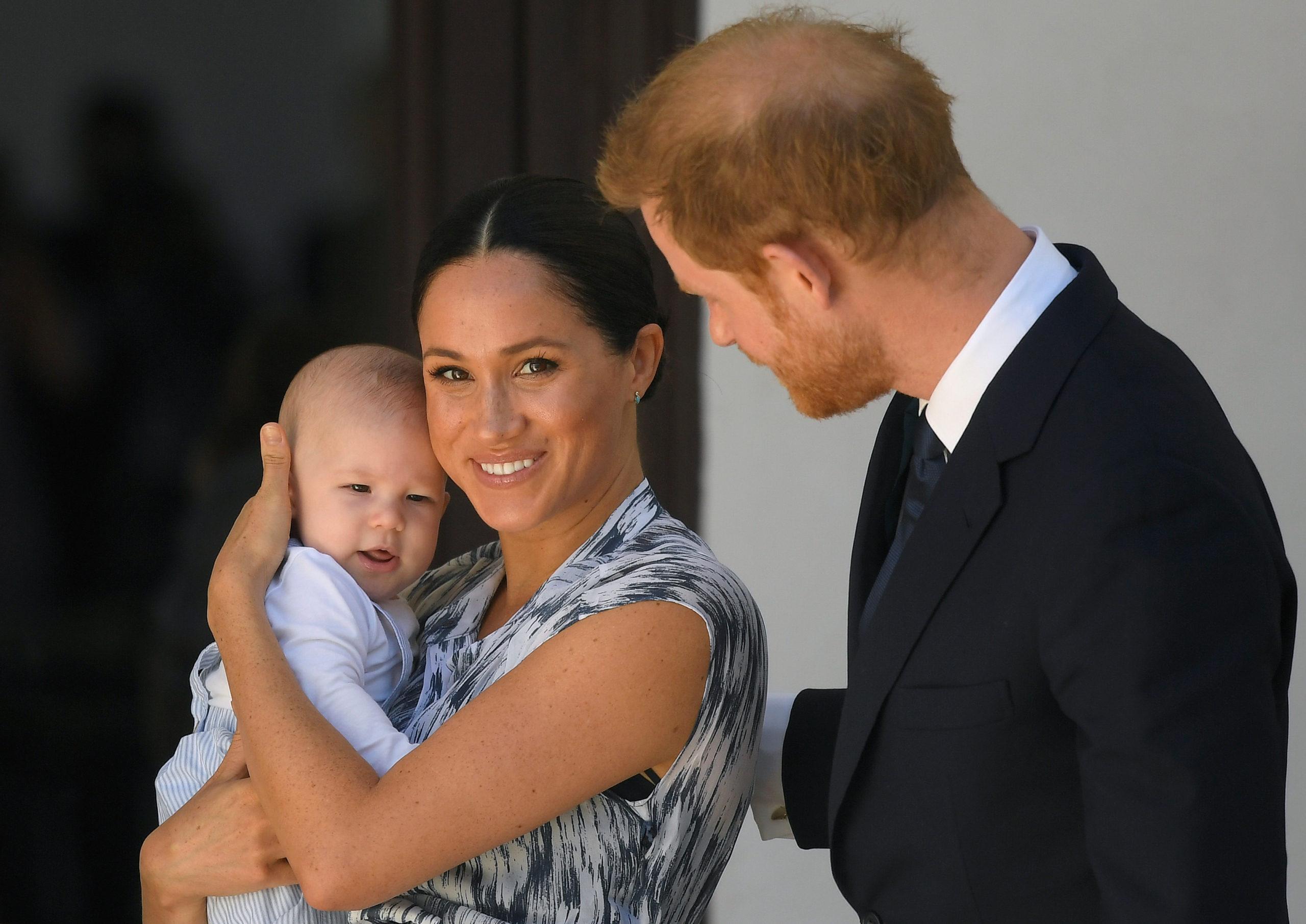 Em declaração, Harry diz que ele e Meghan Markle sempre quiseram criar o filho longe da família real (Foto: Reprodução)