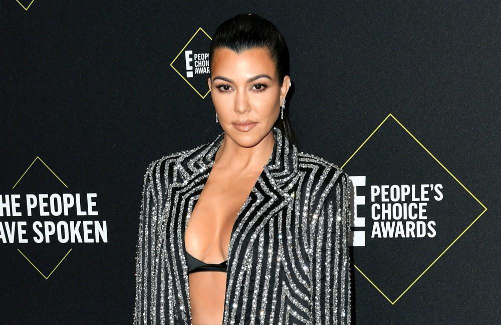 Aos 41 anos, Kourtney Kardashian exibe boa forma de biquíni cavado (Foto: Reprodução)