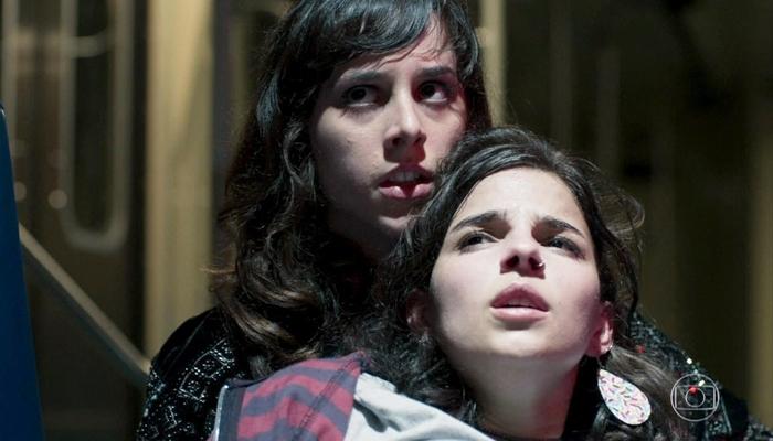Manoela Aliperti (Lica) e Gabriela Medvedovski (Keyla) em cena do primeiro capítulo de Malhação: Viva a Diferença, que fez audiência da Globo despencar (Foto: Reprodução/Globo)
