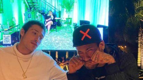 Neymar é consolado por marido de ex (Foto: Reprodução)