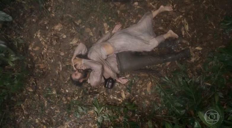Letícia morre deitada nos braços de Ferdinando no meio da mata em Novo Mundo