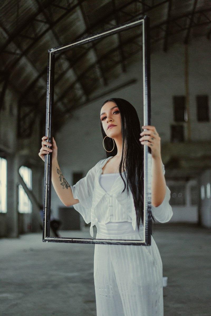 A cantora em um ensaio fotográfico para seu último álbum 'Gente' (Foto: reprodução)