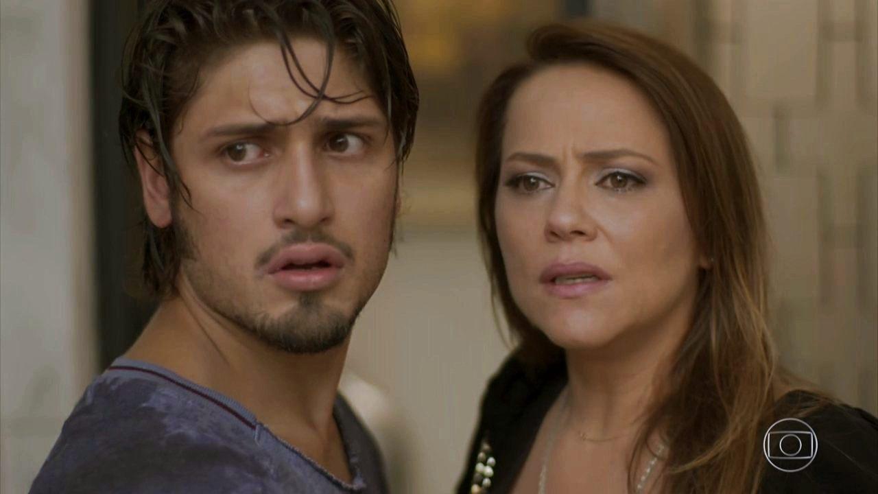 Rafael e Lili de Totalmente Demais com expressões de surpresa