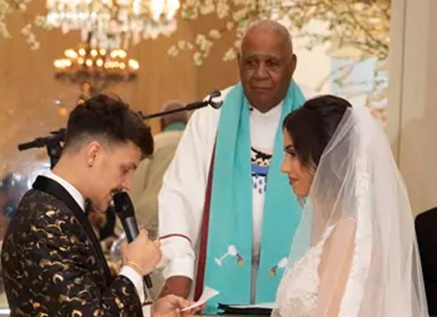 Saulo Pôncio e Gabi Brandt tiveram o casamento celebrado pelo pastor (Foto: Divulgação / Felipe Panfili)
