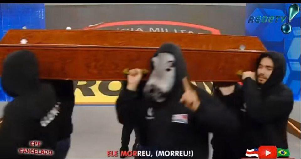 Sikêra Jr surge com caixão em programa da RedeTV!  (Foto: Reprodução / RedeTV!)