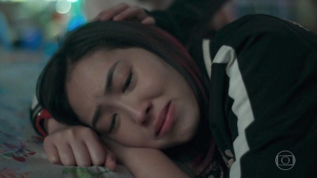 Tina chora deitada em sua cama na novela Malhação Viva a Diferença