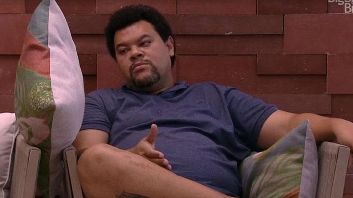 Babu conversando com almofada no BBB20. (Foto: Reprodução)