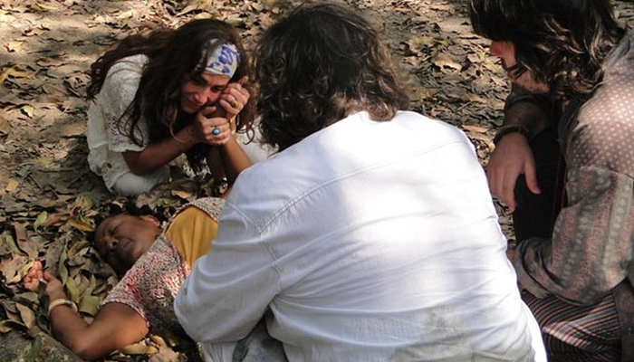Zambeze (Totia Meireles) encontra Dona Zilá (Rosa Marya Collyn) morta (Foto: Reprodução/Globo)