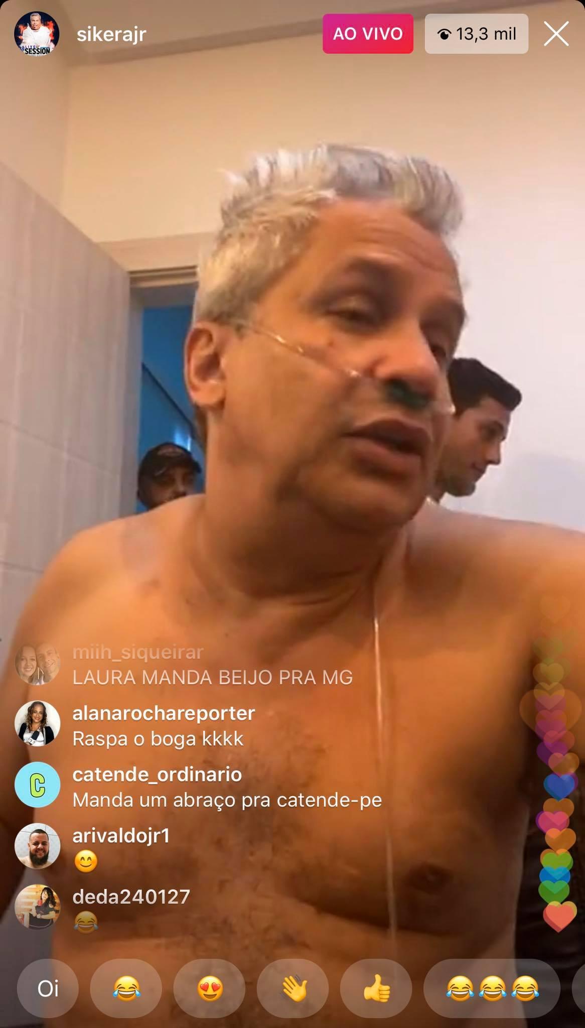 Sikêra Jr. apareceu em live seminu e com aparelho para respirar (Foto: Reprodução)