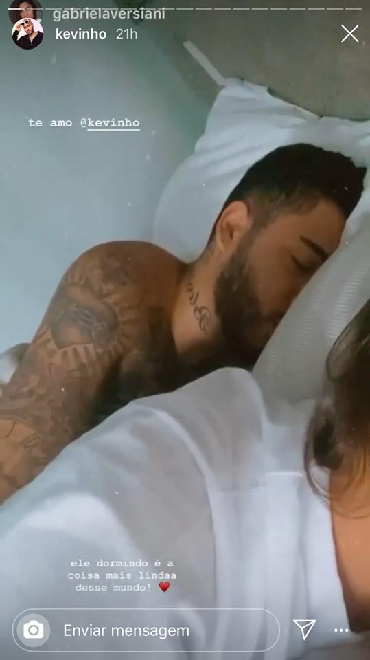 Gabriela Versiani flagra Kevinho na cama pela manhã, o casal está junto desde janeiro desse ano (Imagem: Instagram)