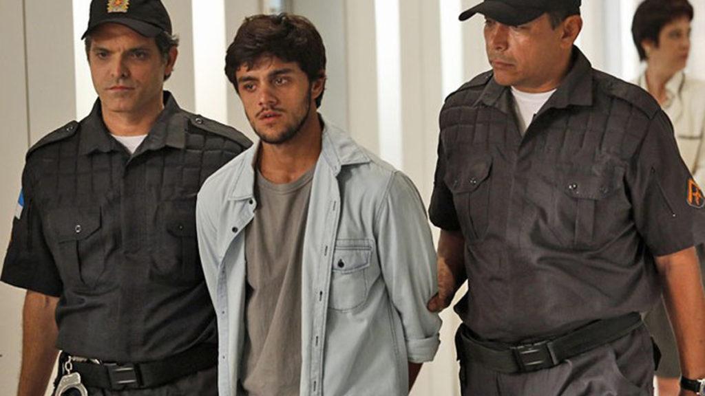 Jonatas é levado para a cadeia na trama de Totalmente Demais
