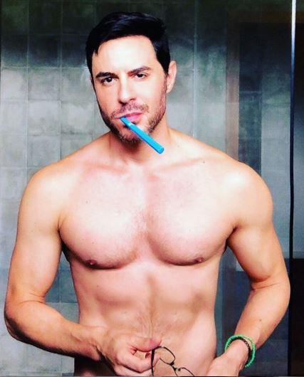 Ricardo Tozzi posa sensual em foto (Foto: Reprodução)