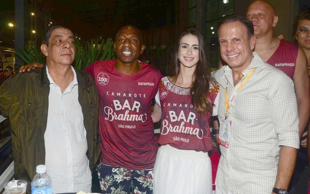 Zeca Pagodinho com cara de poucos amigos ao lado de João Dória (Foto: Reprodução)
