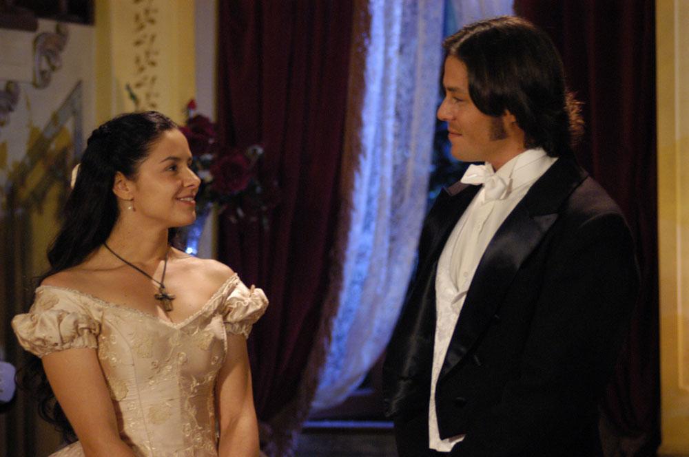 Bianca Rinaldi e Theo Becker em cena de A Escrava Isaura - Foto: Reprodução