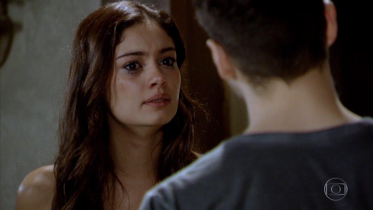 Na imagem Amália personagem de Fina Estampa tem expressão indignada e chora em cena da novela
