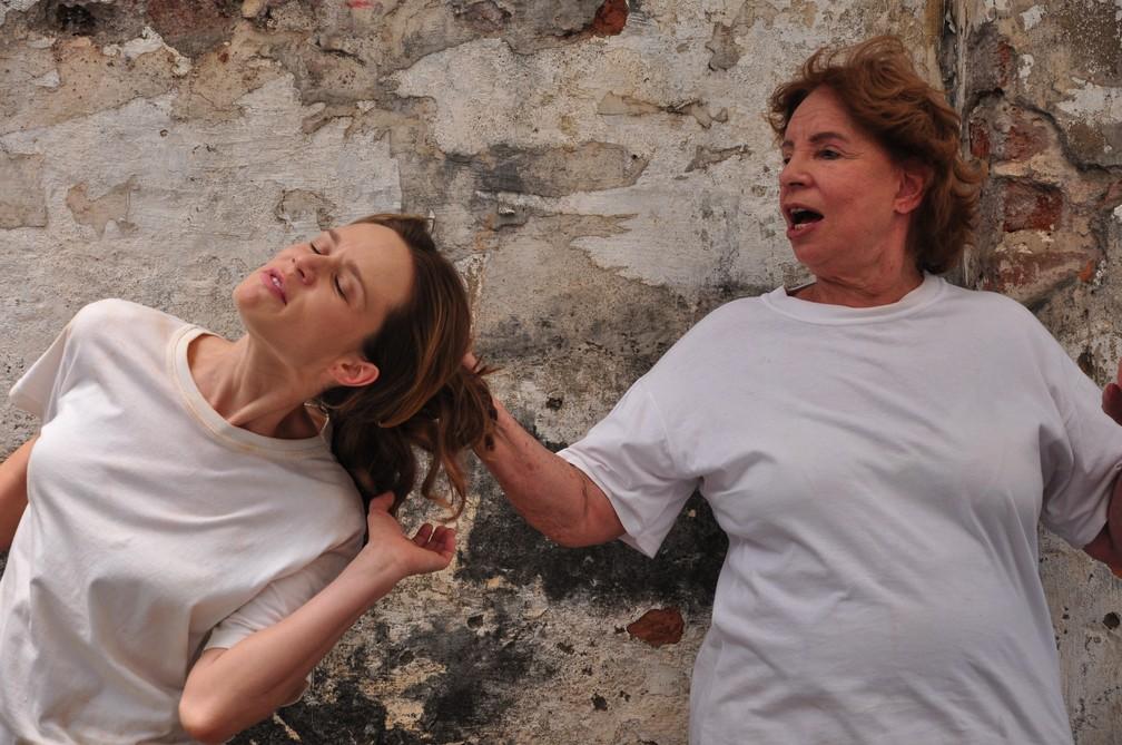 """Daisy Lúcidi com Mariana Ximenes em cena de Valentina e Clara em """"Passione"""" — Foto: Divulgação/TV Globo"""
