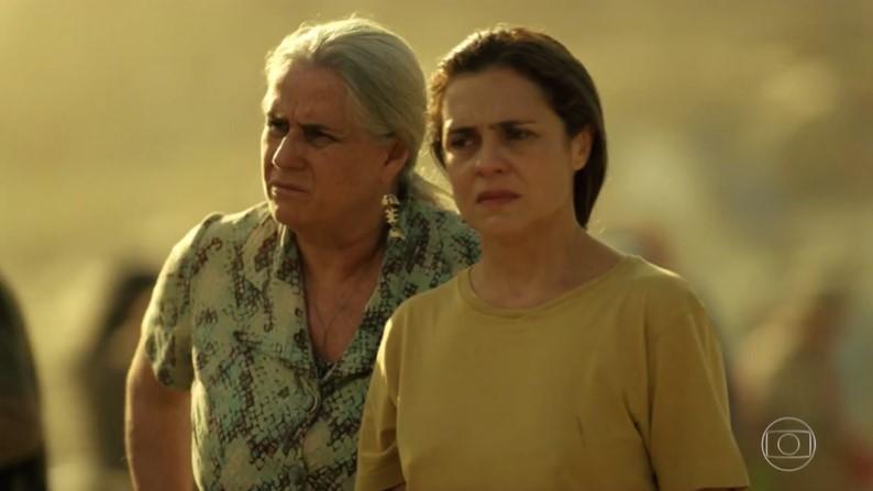 Adriana Esteves (Carminha) e Vera Holtz (Lucinda) em cena do último capítulo de Avenida Brasil, que teve alta audiência (Foto: Reprodução/Globo)